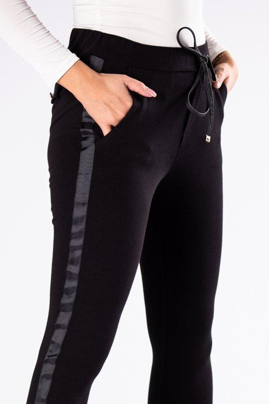 dresowe spodnie z połyskującym lampasem