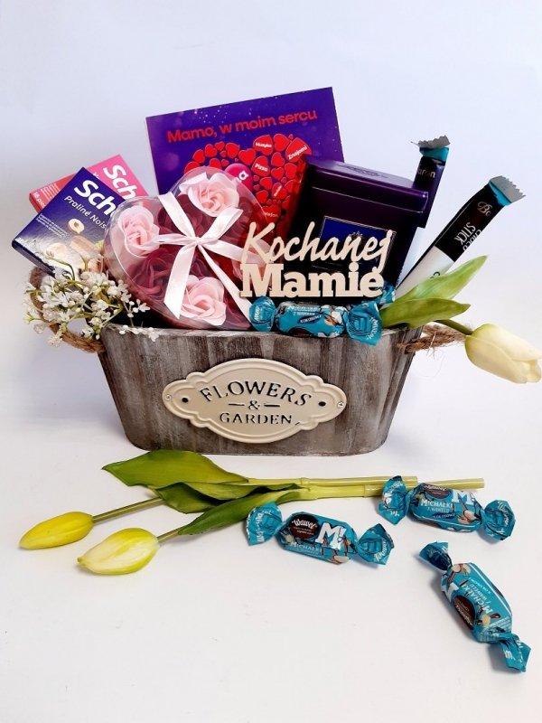 Koszyk prezentowy ze słodyczami i herbatą