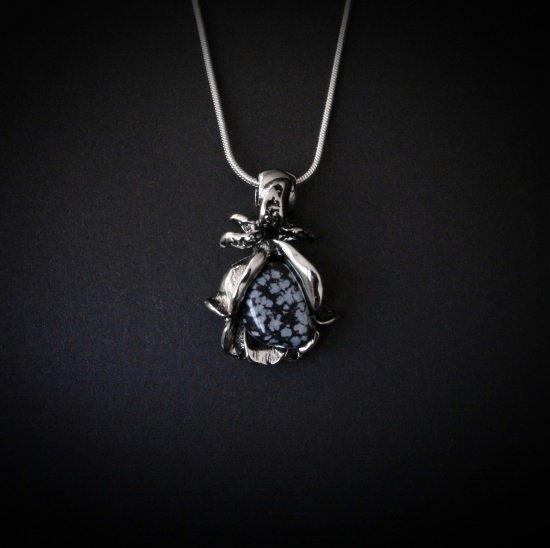 Czarna Róża - naszyjnik z naturalnym obsydianem, wisiorek w kształcie kwiatu róży