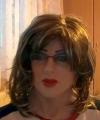 Kamila, maksa z peruką i w okularach