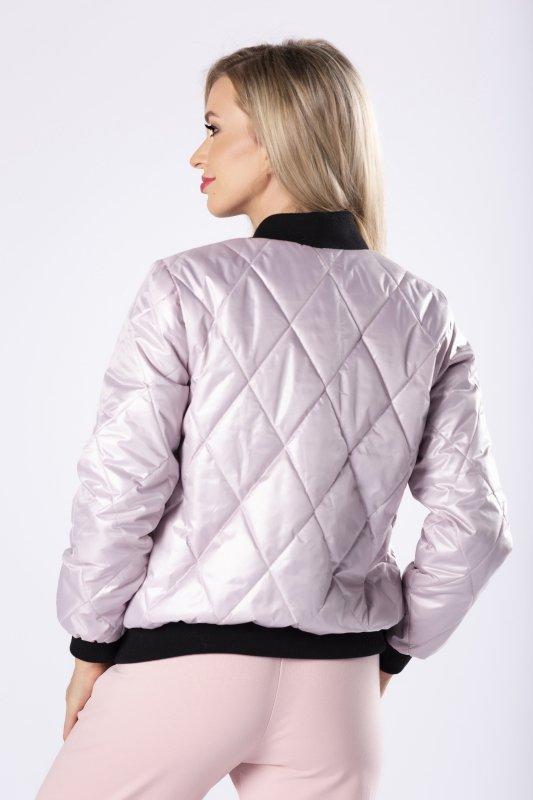 pikowana kurtka o kroju bomberki