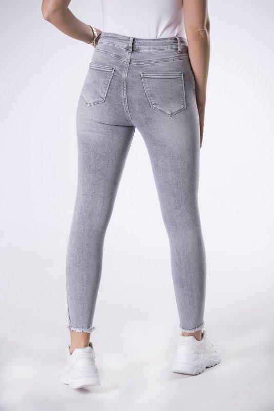 jeansy z wystrzępionymi nogawkami