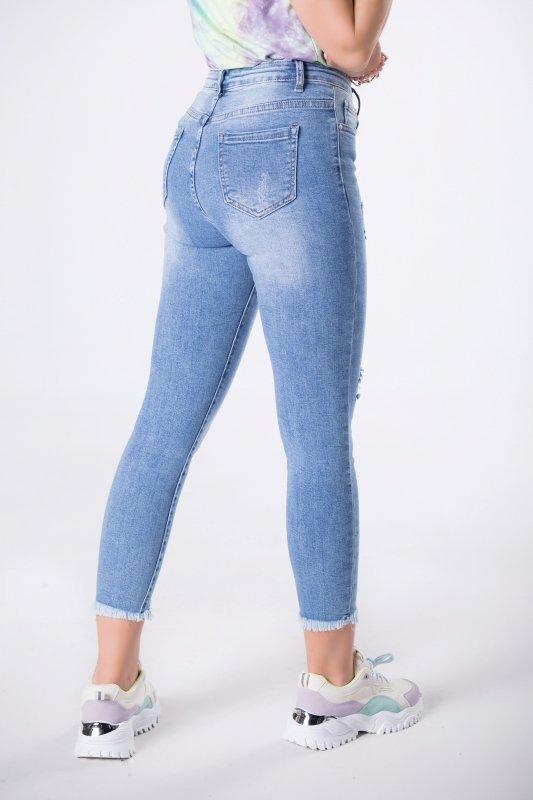 jeansy z przetarciami
