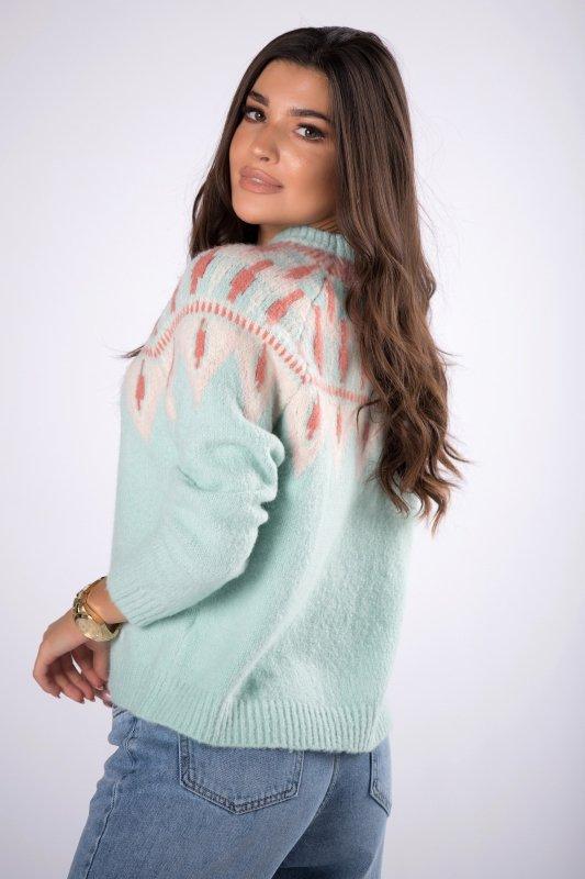 sweter ze wzorem przy dekolcie