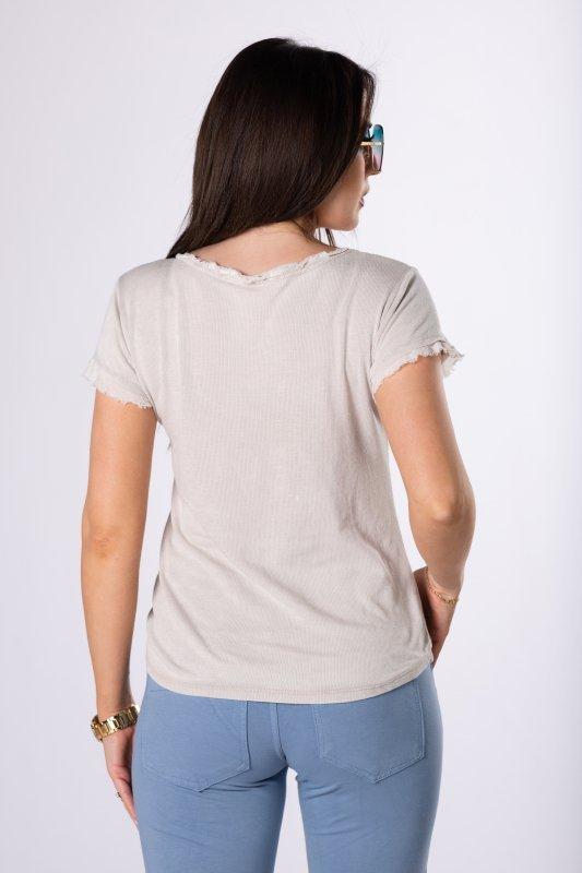 t-shirt ze strzępieniem