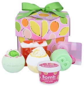 Bomb cosmetics - Fruit Basket Handmade Gift Box zestaw kosmetyków Musująca Kula do kąpieli 2szt + Mydło Glicerynowe 2szt + Mini Scrub 120ml + Żel pod prysznic w kostce 120g