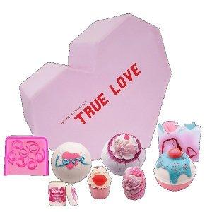 Bomb cosmetics - True Love Gift Box zestaw kosmetyków Kula Musująca 3szt + Mydełko Glicerynowe 2szt + Maślana Babeczka 2szt + Balsam do ust 1szt