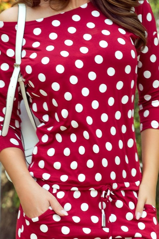 13-111 Sukienka sportowa z wiązaniem i kieszonkami - BORDO W GROCHY