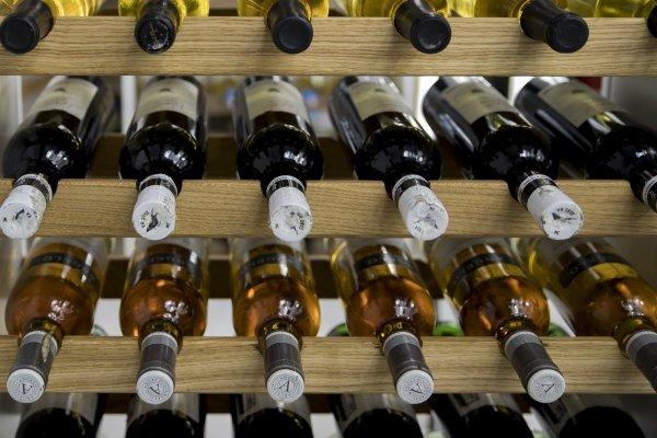 Weinregal Flaschenregal für bis 63 Flaschen, RW-20-63, WEISS/EICHE massiv geölt ANTIKBRAUN