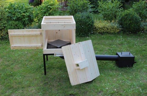 Drewniana wędzarnia z drzwiczkami do boku