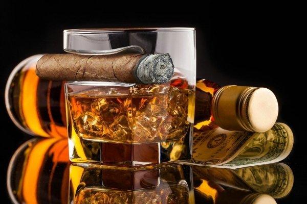 Szklanka do whisky z miejscem na cygaro