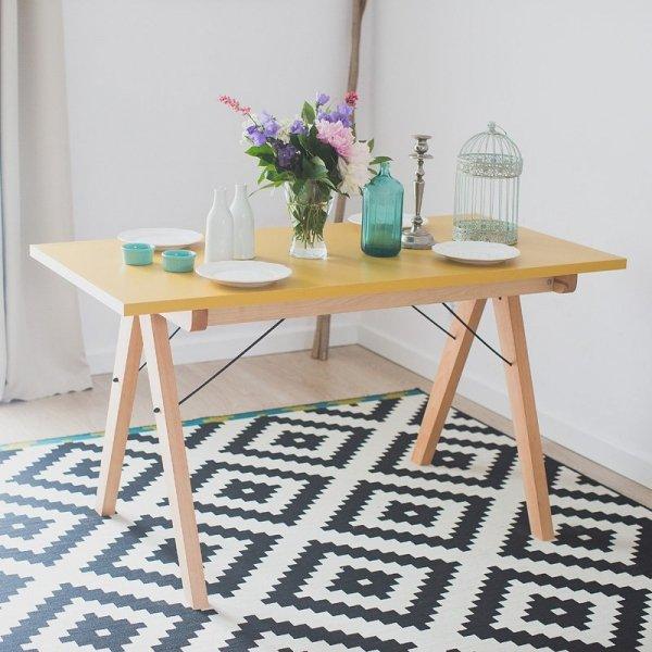 Stylowy stół w skandynawskim stylu do jadalni w kolorze jasnym musztardowym