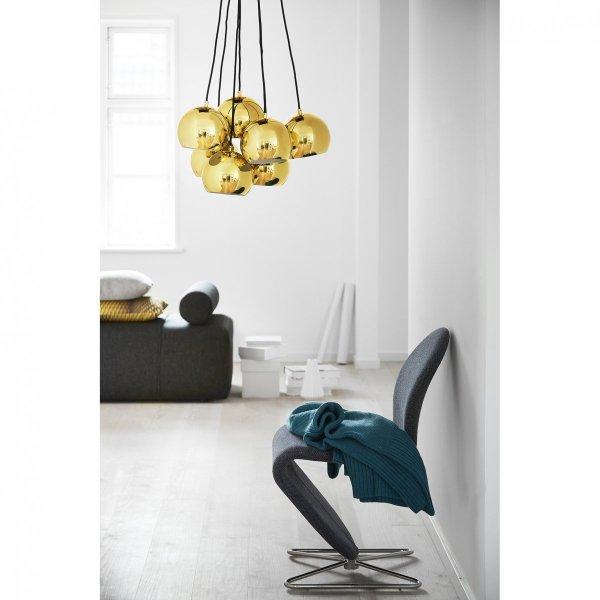 Kulisty żyrandol w kolorze mosiądzu to sposób na minimalistyczną elegancję w Twojej jadalni. Minimalizm jest dobry!