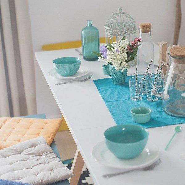 Minimalistyczny stół w duchu skandynawskim, idealny do jadalni lub kuchni