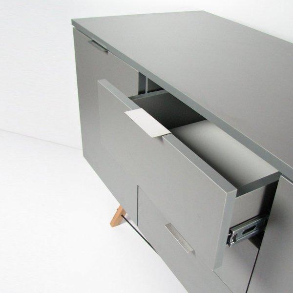 Bufet Midi Minko posiada 3 pojemne szuflady oraz 2 zamykane szafki