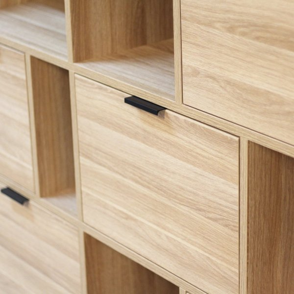 Wykonany ręcznie z litego drewna i blatu w dowolnym odcieniu, całość spięta stalowymi elementami