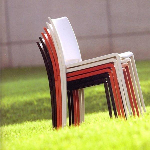 Krzesła Maya 700 można sztaplować po 8 sztuk