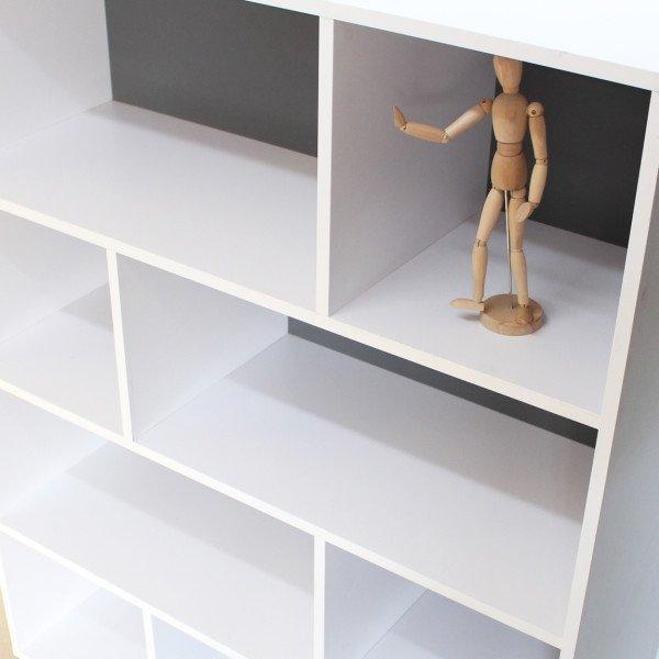 Regał Tall Minko posiada półki, dostępne 2 wersjach rozmiarowych