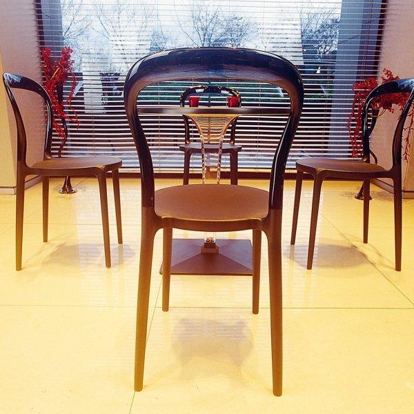 Krzesła świetnie sprawdzają się wewnątrz pomieszczeń oraz na zewnątrz
