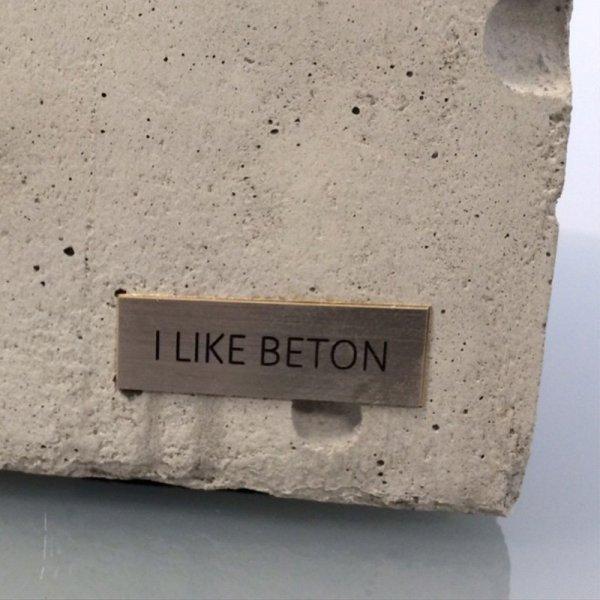 Każda lampka Edison Cube jest unikalna dzięki strukturze betonu