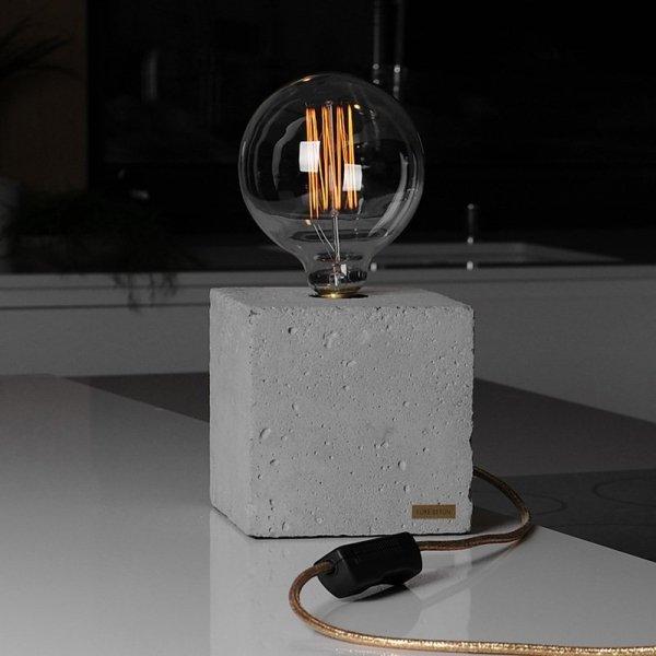 Lampka betonowa jest idealna do sypialni, gabinetu, salonu