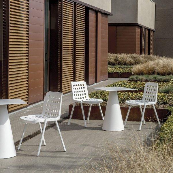 Koi-Booki 370 to nowoczesne krzesło z polipropylenowym siedziskiem i aluminiową ramą