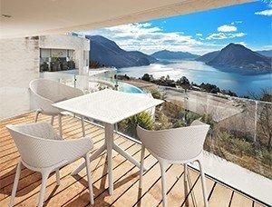 Stolik SKY Table 80 oraz krzesła Sky na balkon
