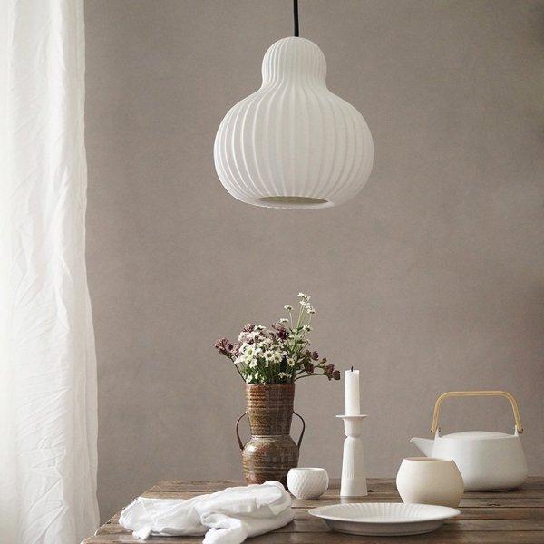 Lampa Snowbell podkresli walory Twojej kuchni urządzonej w stylu skandynawskim