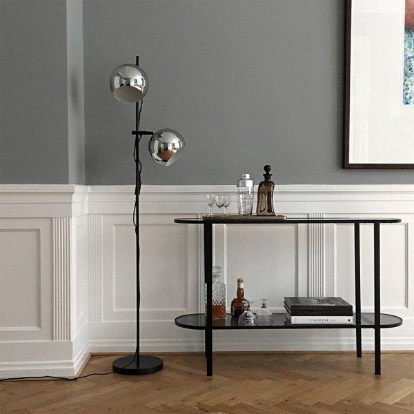 Chromowana lampa podłogowa do nowoczesnych wnętrz