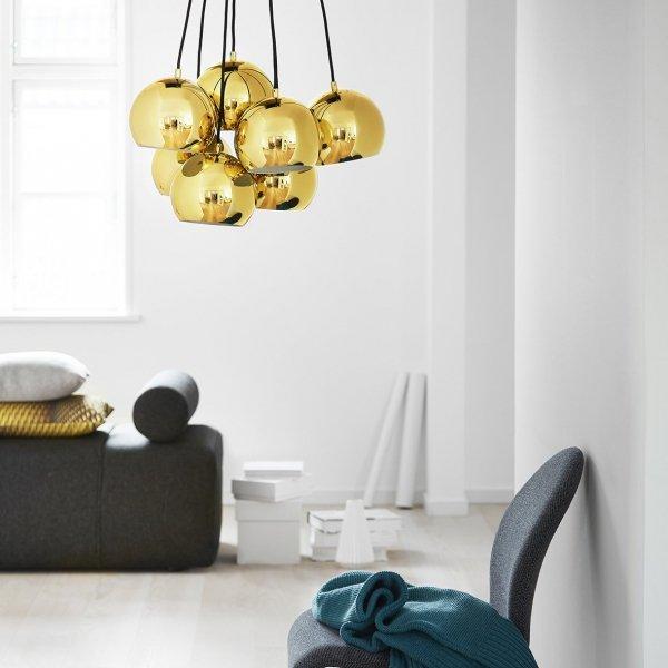 Minimalistyczna lampa w kolorze mosiądzu doskonale podkresli walory Twojego salonu czy jadalni