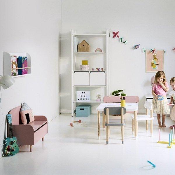 Skrzynia z siedziskiem i oparciem to idealny dodatek do każdego pokoju dziecięcego