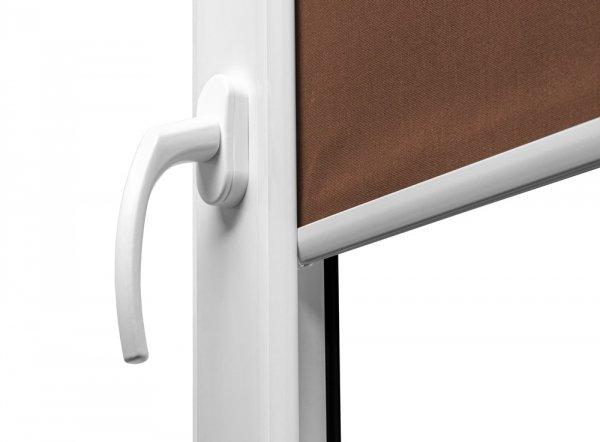 Stylowy obciążnik tkaniny w roletach Large jest wykonany z aluminium.