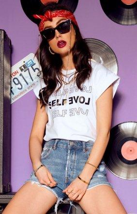 Modny t-shirt damski z aplikacją Self Love biały LG525