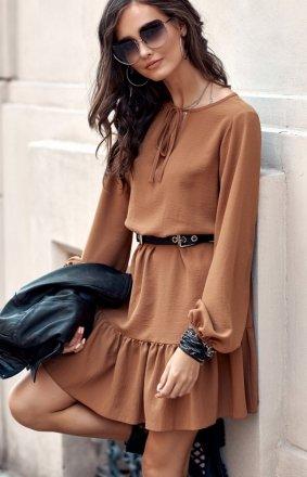 Modna karmelowa sukienka z falbaną 0305