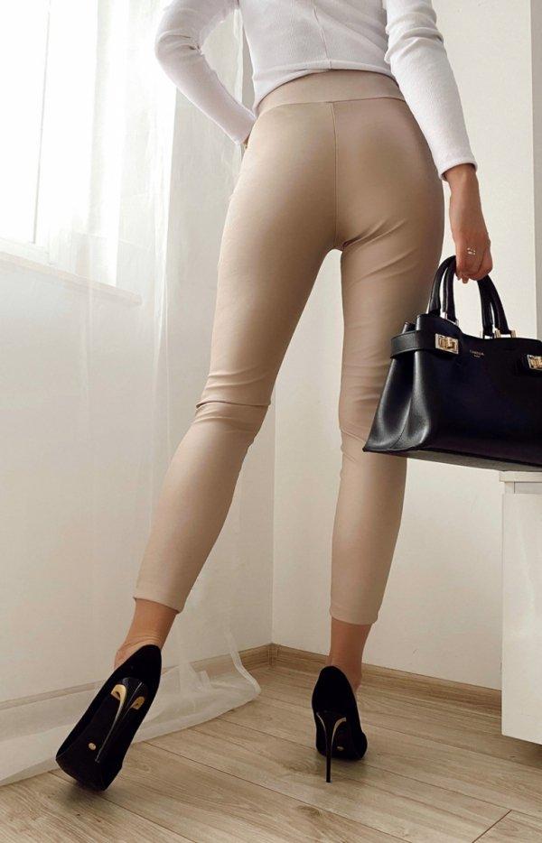 Beżowe spodnie z miękkiej eko skórki tył