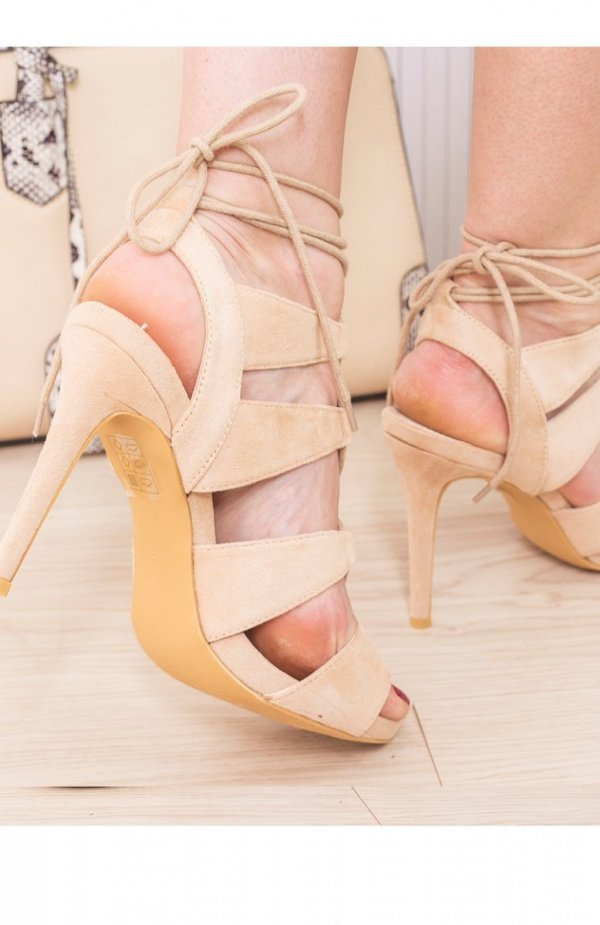 Beżowe sznurowane sandały tył