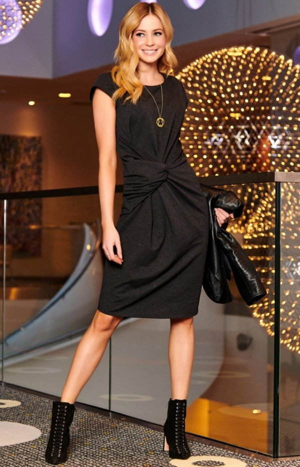 Sukienka z wiązaniem M471