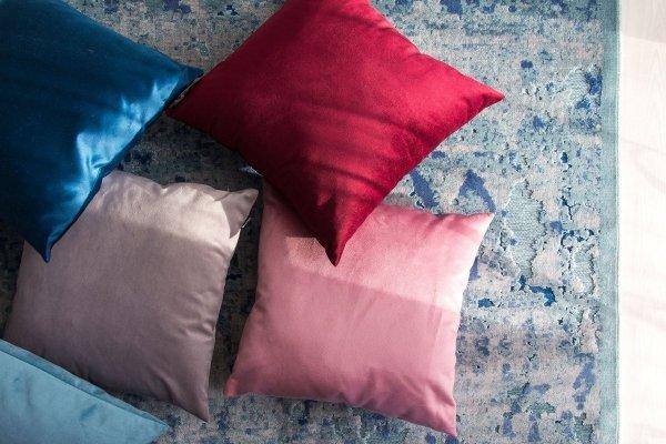 Velvet różowa poduszka dekoracyjna 45x45