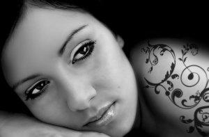 Fototapeta ścienna - Piękna Kobieta, tatuaż - 175x115 cm