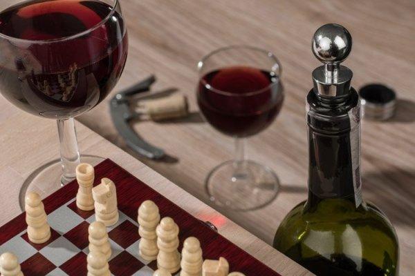Zestaw do wina MINI SZACHY + GRAWER