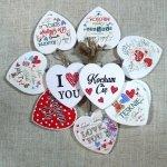 Komplet 10 zawieszek drewnianych w kształcie serca mix napisów. Rozmiar 7 cm