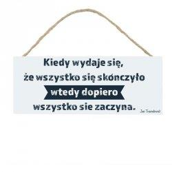 Drewniana tabliczka w kształcie prostokąta z napisem Kiedy wydaje się...