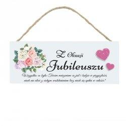 Drewniana tabliczka w kształcie prostokąta z napisem Z okazji jubileuszu...