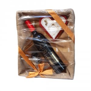 Zestaw prezentowy na 30 urodziny w łubiance z jutą - akcesoria winiarskie, słodkie krówki w sercu, czekolada mleczna