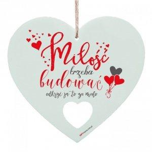 Drewniana tabliczka w kształcie serca Miłość trzeba budować...