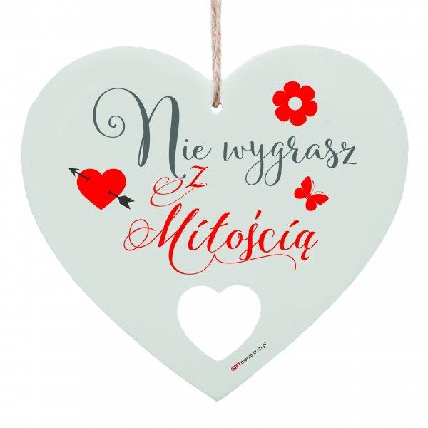 """Drewniana tabliczka w kształcie serca """"Nie wygrasz z miłością..."""""""
