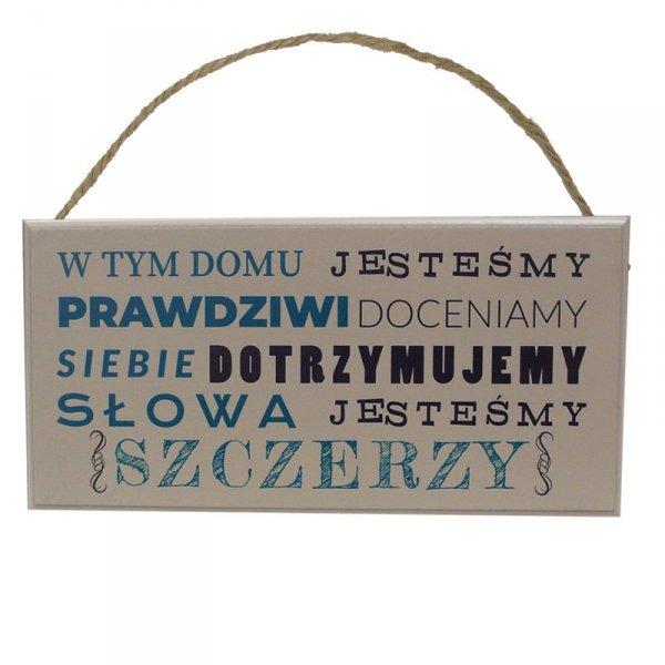 """Drewniana tabliczka prostokąt z napisem """"W tym domu jesteśmy..."""""""