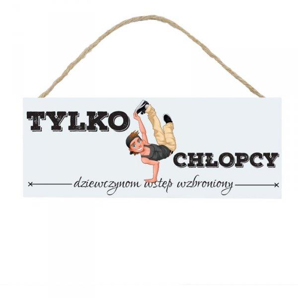 Drewniana tabliczka w kształcie prostokąta z napisem Tylko chłopcy
