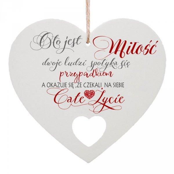 """Drewniana tabliczka w kształcie serca """"O to jest miłość..."""""""